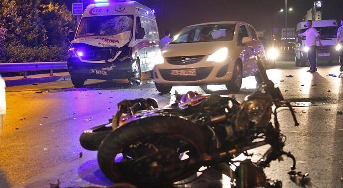 Ters yöne giren motosiklet ambulansla çarpıştı: 2'si ağır, 3 yaralı
