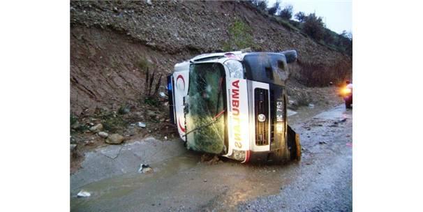 Ambulans Kaza Yaptı : 3 Yaralı