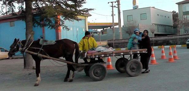 Ambulans yerine at arabasıyla taşıdı!
