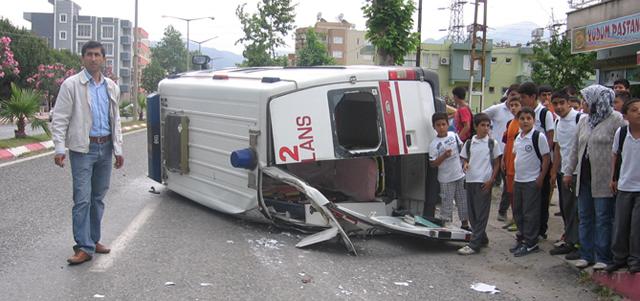 Erzin'de Ambulans Kaza Yaptı, 3 Yaralı