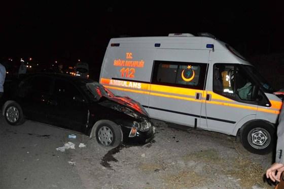 Trafik kazasına giden ambulans otomobille çarpıştı: 6 yaralı