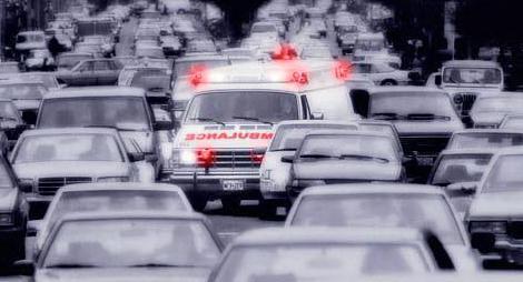 Ambulans trafikte bu zorlukları çekiyor