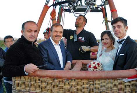 Doktor çift gökyüzünde nikahlandı