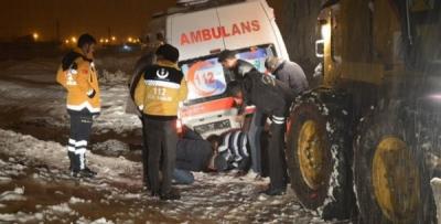Ağrı'da hasta almaya giden ambulans kara saplandı