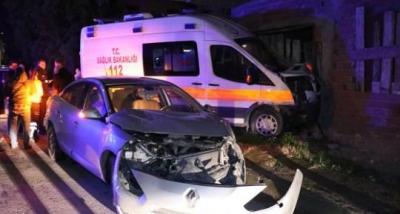 Ambulans binaya çarptı, vatandaş deprem oluyor sandı