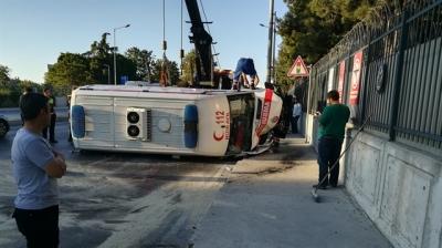 Ambulans Devrildi : 3 Sağlık Personeli Yaralı