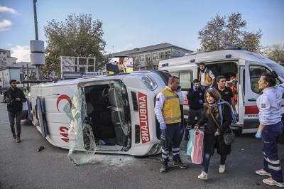 Ambulans devrildi! İki yaralıKaynak: Ambulans devrildi! İki yaralı
