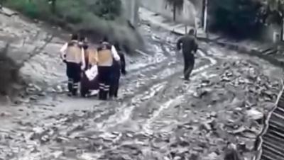 Ambulans giremedi, ekipler hastayı 500 metre taşıyarak hastaneye kaldırdı