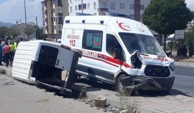 Ambulans İle Hafif Ticari Araç Kaza Yaptı: 6 Kişi Yaralı