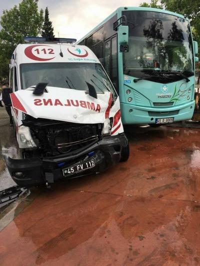 Ambulans ile halk otobüsü çarpıştı: 6 yaralı