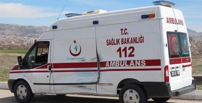 Ambulans ile kamyonet çarpıştı: 3 öğrenci yaralı