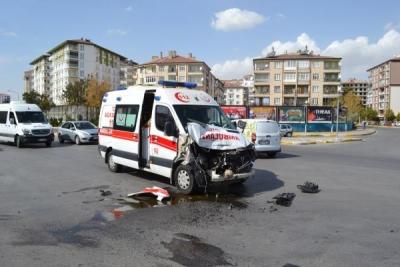 Ambulans ile kamyonet çarpıştı: 1 yaralı
