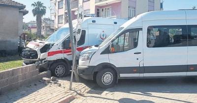Ambulans ile Öğrenci Servisi Çarpıştı