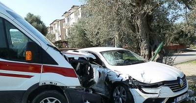 Ambulans ile otomobil çarpıştı: 2'si çocuk 6 yaralı