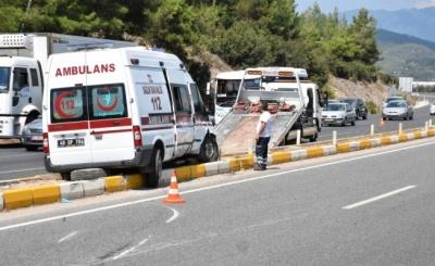 Ambulans otomobil ile çarpıştı: 1'i çocuk 4 yaralı