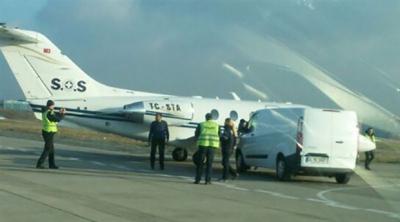 Ambulans uçağa minibüs çarptı