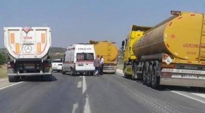 Ambulans yakıt tankerine çarptı
