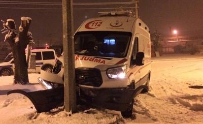 Bursa'da buzlanan yolda kayan ambulans kaza yaptı