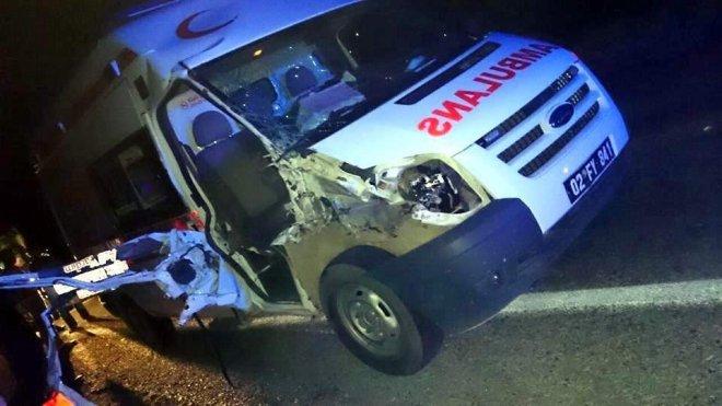 Ambulans Traktör'e Çarptı : 1 Yaralı