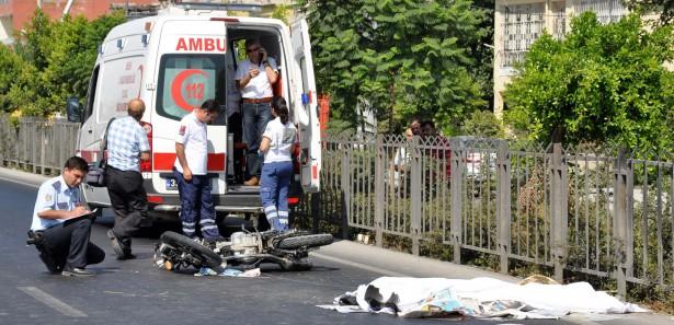 Ambulans şoförü motosikletle kaza yaptı: 2 ölü