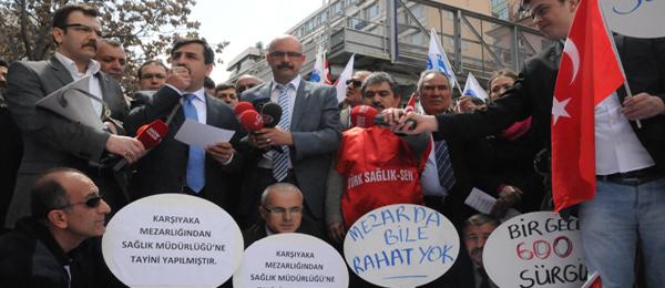 Sağlık Bakanlığı Önünde Kefenli Protesto
