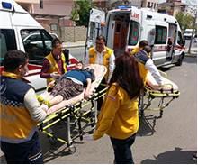 Hasta taşıyan ambulans motosiklete çarptı