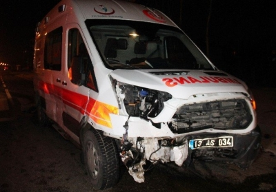 Elazığ'da ambulans ile otomobil çarpıştı: 3 yaralı