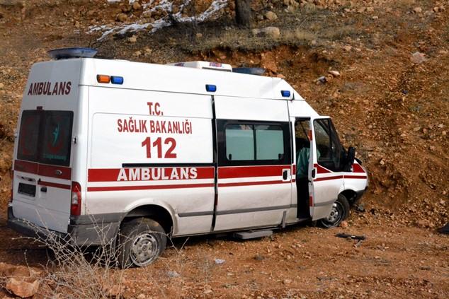 Trabzon'dan dönen ambulans şarampole yuvarlandı!