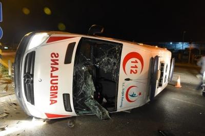 Hasta almaya giden ambulans kaza yaptı: 4 yaralı