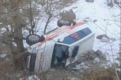 Hasta almaya giden ambulans devrildi: 3 yaralı
