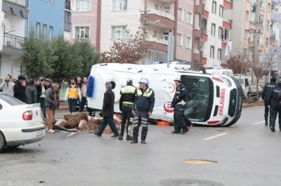 Hasta almaya giden ambulans devrildi: 6 kişi yaralı