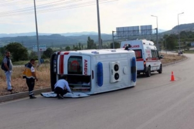 Hasta nakli yapan ambulans devrildi