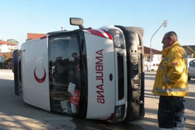 Hasta Taşıyan Ambulans Kaza Yaptı.4 Kişi Yaralandı