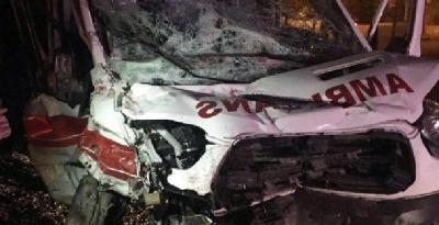 Hasta taşıyan ambulans kaza yaptı: 3 yaralı