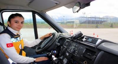 Kadın Ambulans şoförü herkesi şaşırttı