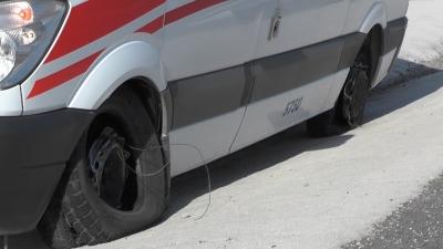 Lastiği patlayan ambulans faciadan döndü