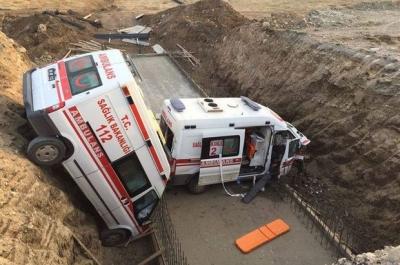 Muş'ta iki ambulans menfez çukuruna düştü