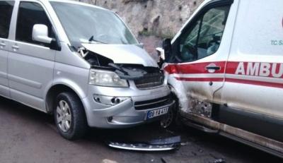 Otomobil ambulansa çarptı: 4 yaralı