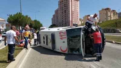 Samsun'da Ambulans Kaza Yaptı: Acil Tıp Teknisyenleri Yaralandı