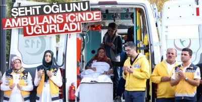 Şehit oğlunu ambulans içinde uğurladı