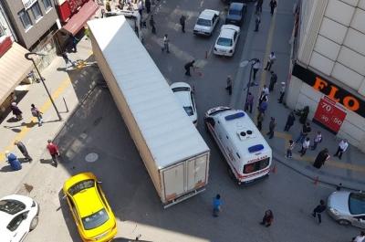 Tıkanan yolda vatandaşlar ambulans için seferber oldu