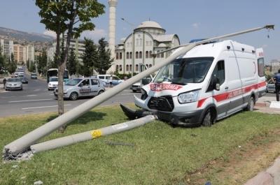 Yaralı Taşıyan Ambulans Kaza Yaptı: 2 Yaralı