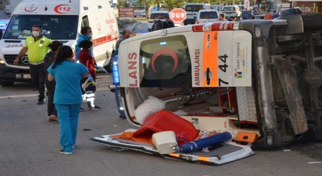 Ambulans Kaza Yaptı! Sağlık Personeli Yaralandı