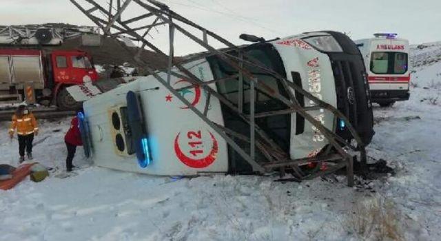 Hasta Taşıyan Ambulans Elektrik Direğine Çarpıp, Devrildi