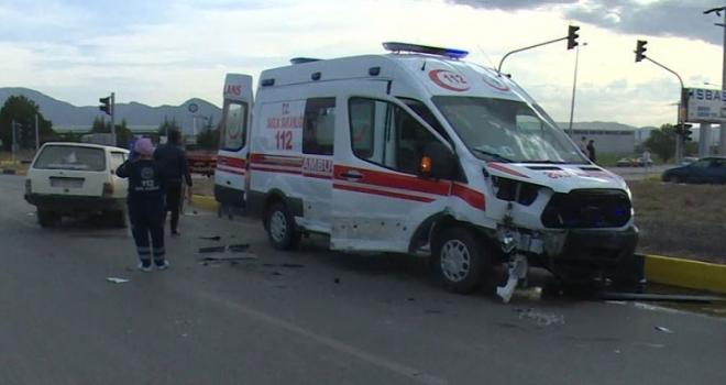 Ambulans ile Otomobil Çarpıştı: 1'i Ağır 2 Yaralı