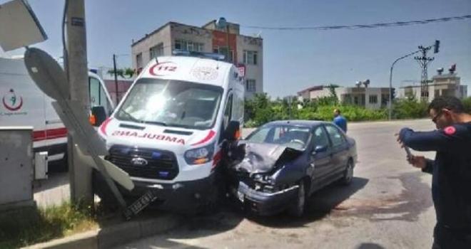 Ambulans ile Otomobil Çarpıştı:3 Personel Yaralandı
