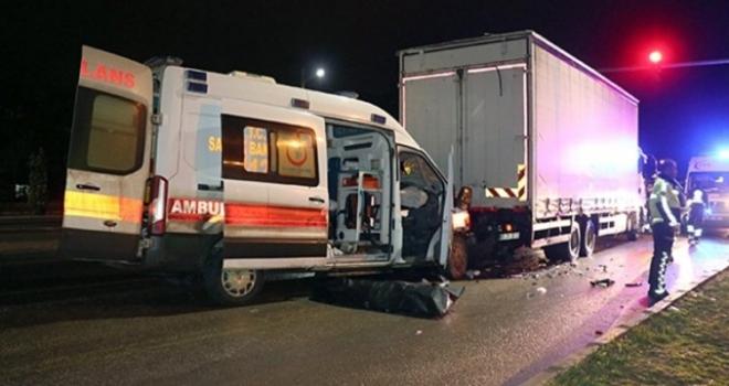 Ambulans Tıra Çarptı: 1 Ölü 3 Yaralı