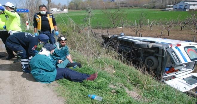 Ambulans Şarampole Devrildi: 4 Yaralı