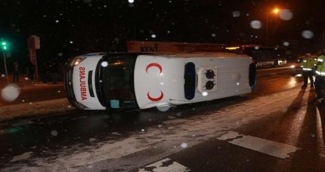 Buzlanan Yolda Ambulans Takla Attı!