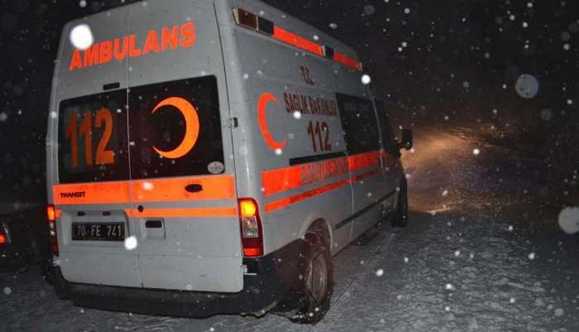 Ambulans yolda kaldı